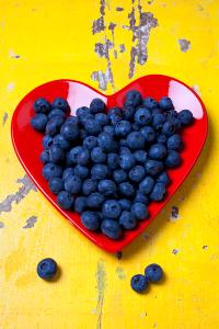 red-heart-plate-with-blueberries-garry-gay